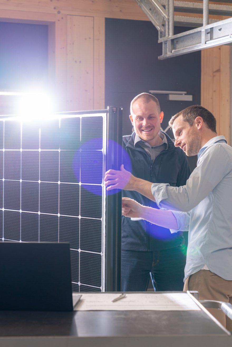 Martin Fäh und Lukas Hüppi besprechen das vertikale Montagesystem der Reech gmbh