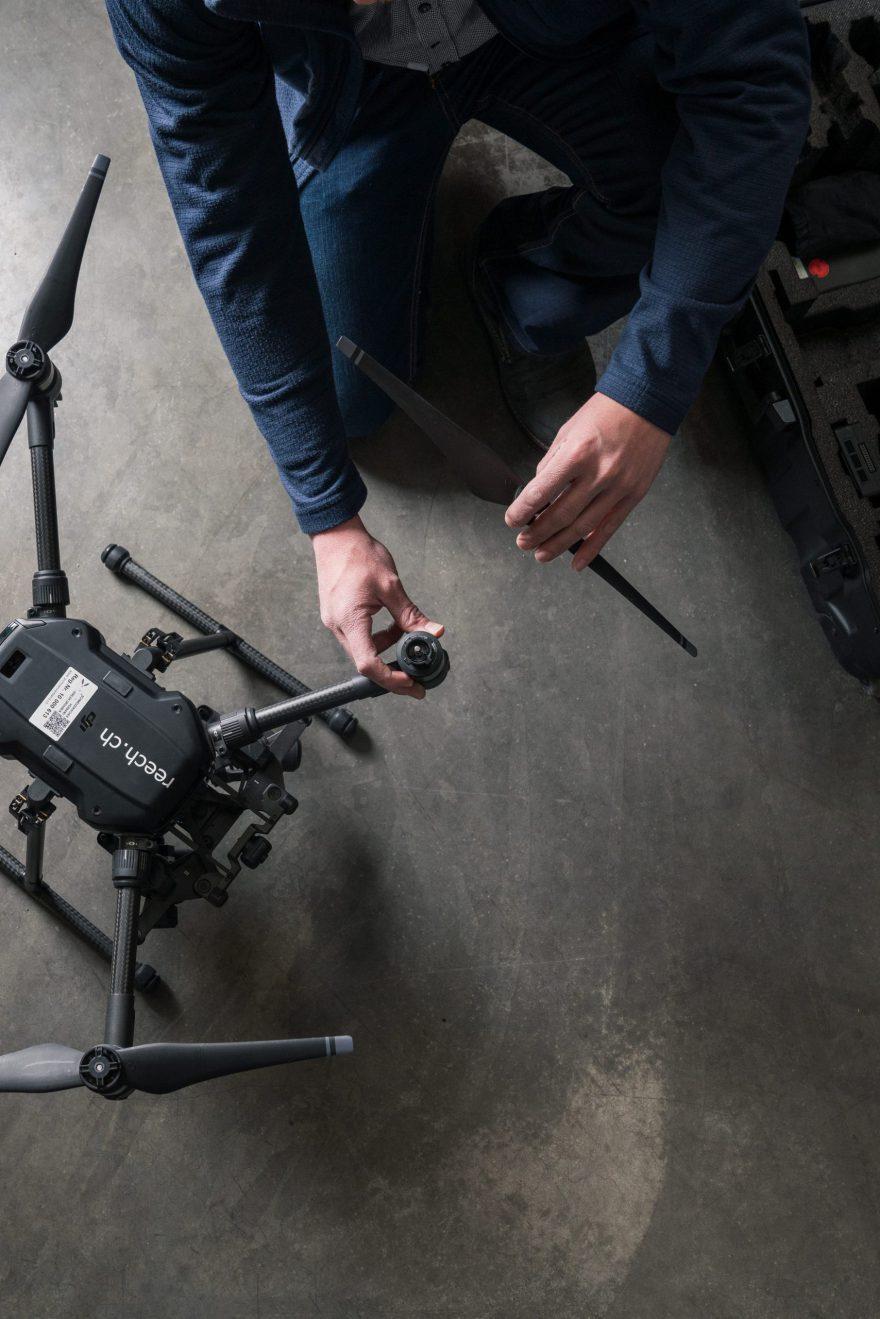 Martin Fäh montiert die Propeller der Thermografiedrohne als Flugvorbereitung
