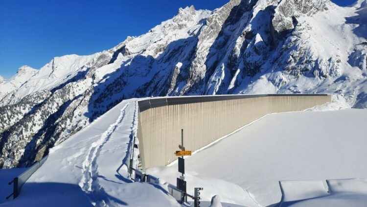 Photovoltaikanlage an der Albigna Staumauer im Winter mit Schnee