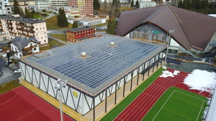 Drohnenbild der Phototoltaikanlage auf der Trainingseishalle in Davos