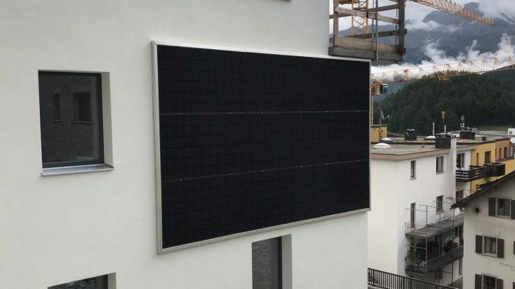 PV Anlage an Fassade in St. Moritz an einem weissen Gebäude
